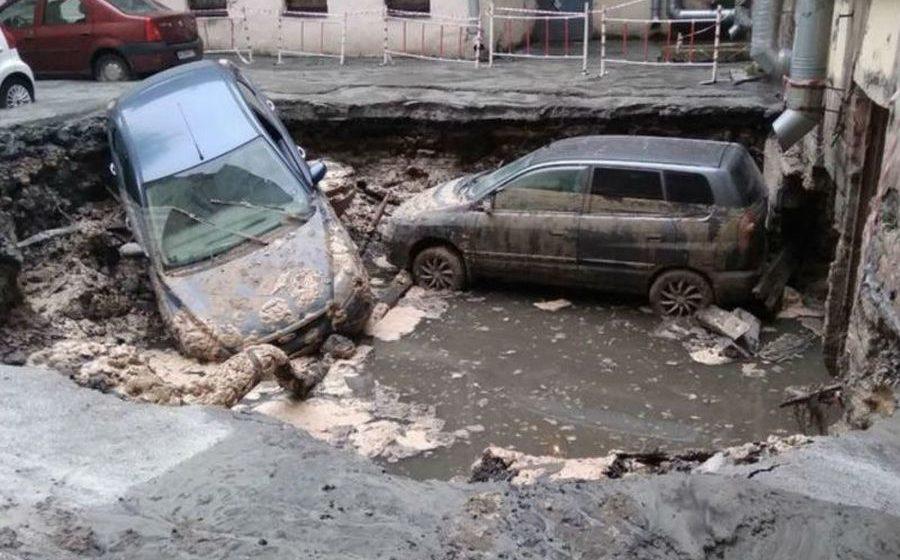 В Петербурге прорвало трубу с кипятком. Два посетителя кафе погибли, несколько автомобилей провалились под асфальт