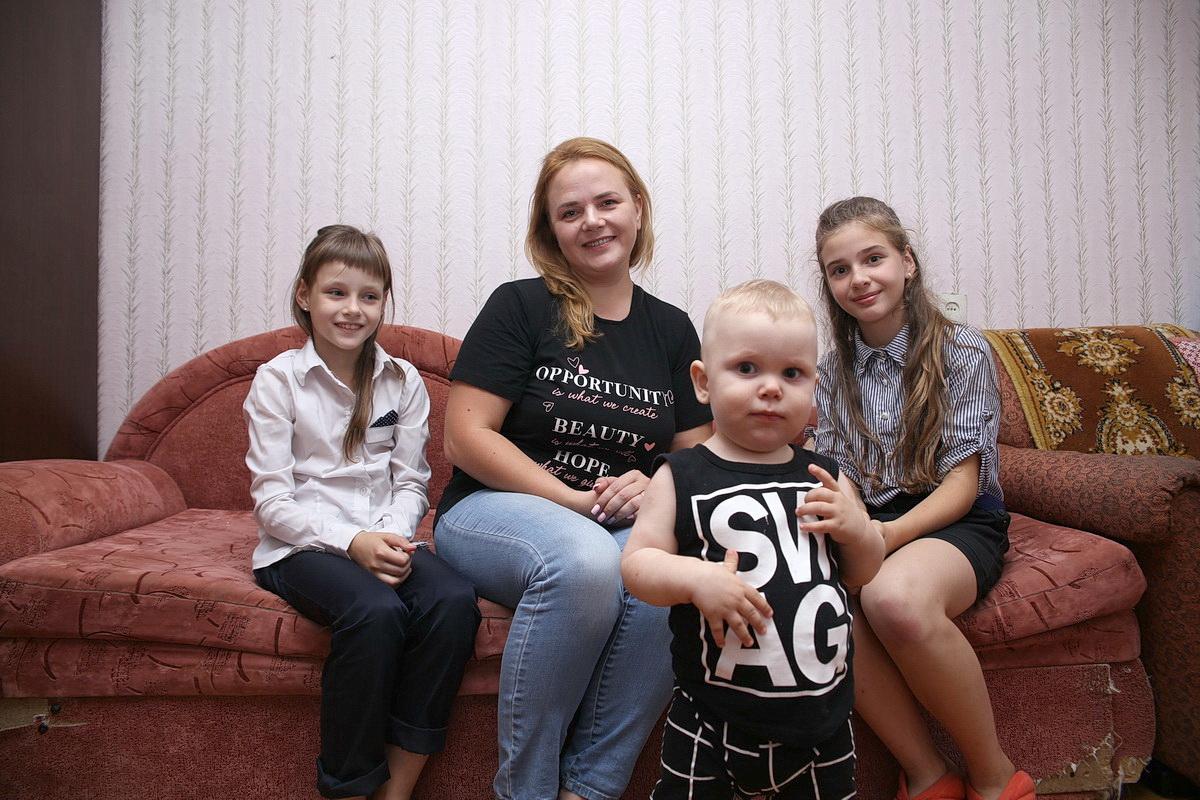 Анастасия  Дмитриева с детьми: 9-летней Евой, 11-летней Юлей и годовалым Кириллом.  Фото: Евгений ТИХАНОВИЧ