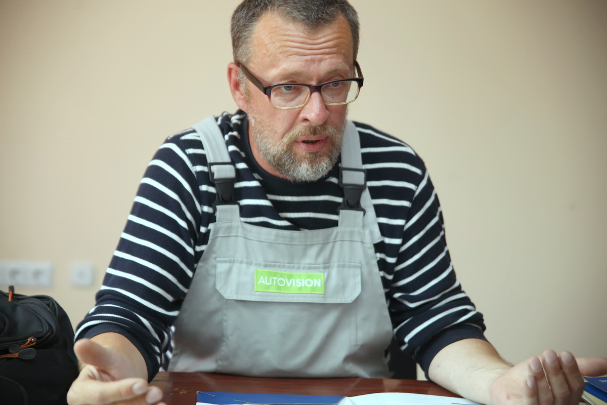 Сергей Иванов полтора года ведет переписку с чиновниками и пытается добиться, чтобы в его гараж вернули электричество.  Фото: Евгений ТИХАНОВИЧ