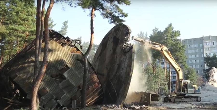Видеофакт. В Светлогорске с помощью новой современной технологии снесли 56-метровую водонапорную башню