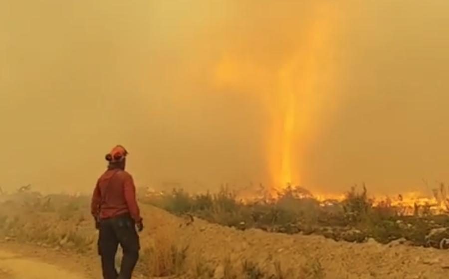 Видеофакт. В Канаде торнадо вырвал у пожарных шланг и превратился в огненный вихрь