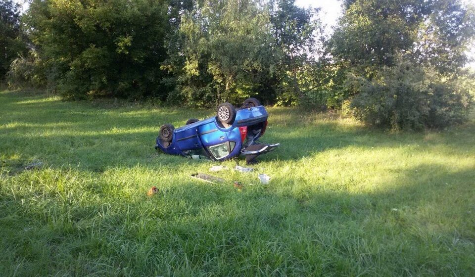 Под Ляховичами женщина уснула за рулем, выехала на встречную, спровоцировала ДТП и перевернулась