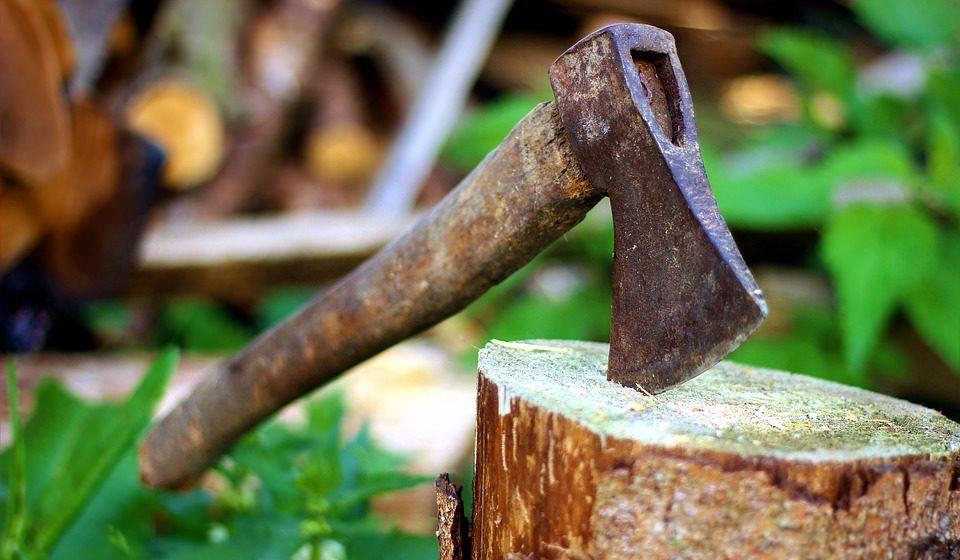 Минчанин спрятался у приятеля от уплаты алиментов. Тот изрубил его топором