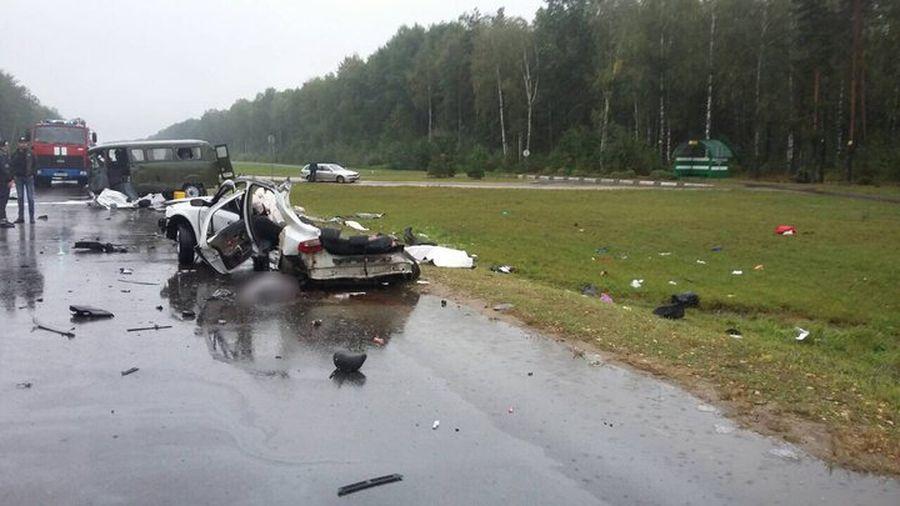 В Солигорском районе легковушка столкнулась с автомобилем УАЗ, погибли три человека (видео)
