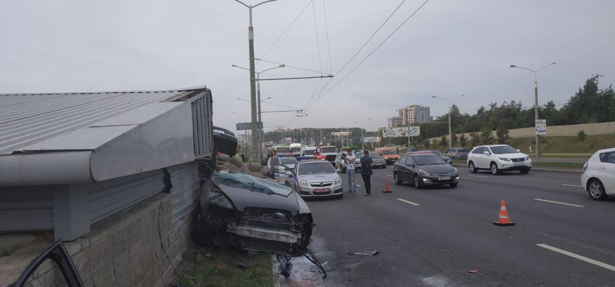 В интернете появилось видео, как в Минске Audi влетела в аварийный выход метро
