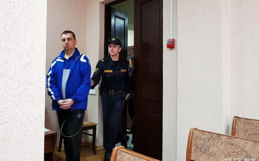 «Никаких незаконных вознаграждений не получал». Задержанного экс-заместителя председателя Барановичского райисполкома допросили в суде