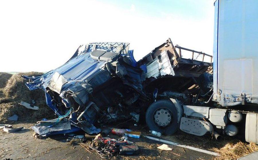 Под Докшицами фура столкнулась с трактором, водитель грузовика погиб