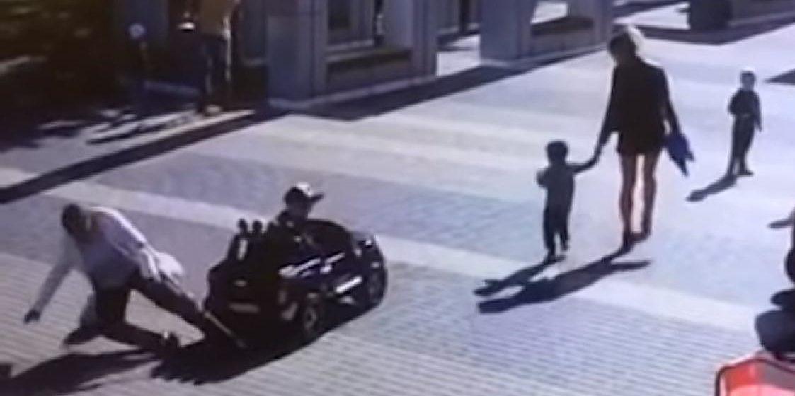 В Бресте маленький мальчик на игрушечной машинке сбил пенсионерку и сломал ей руку (видео)