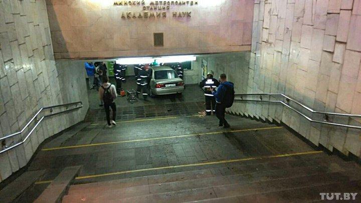 В Минске нетрезвый водитель Mazda влетел в переход метро