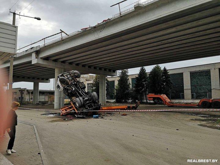 Видеофакт. В Бресте автокран упал со строящегося моста