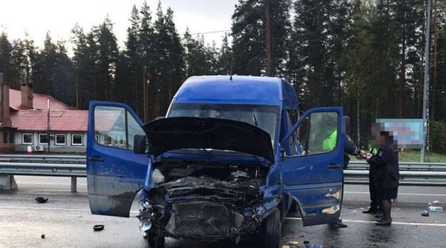 Под Санкт-Петербургом микроавтобус с белорусами попал в ДТП. Есть погибший и пострадавшие