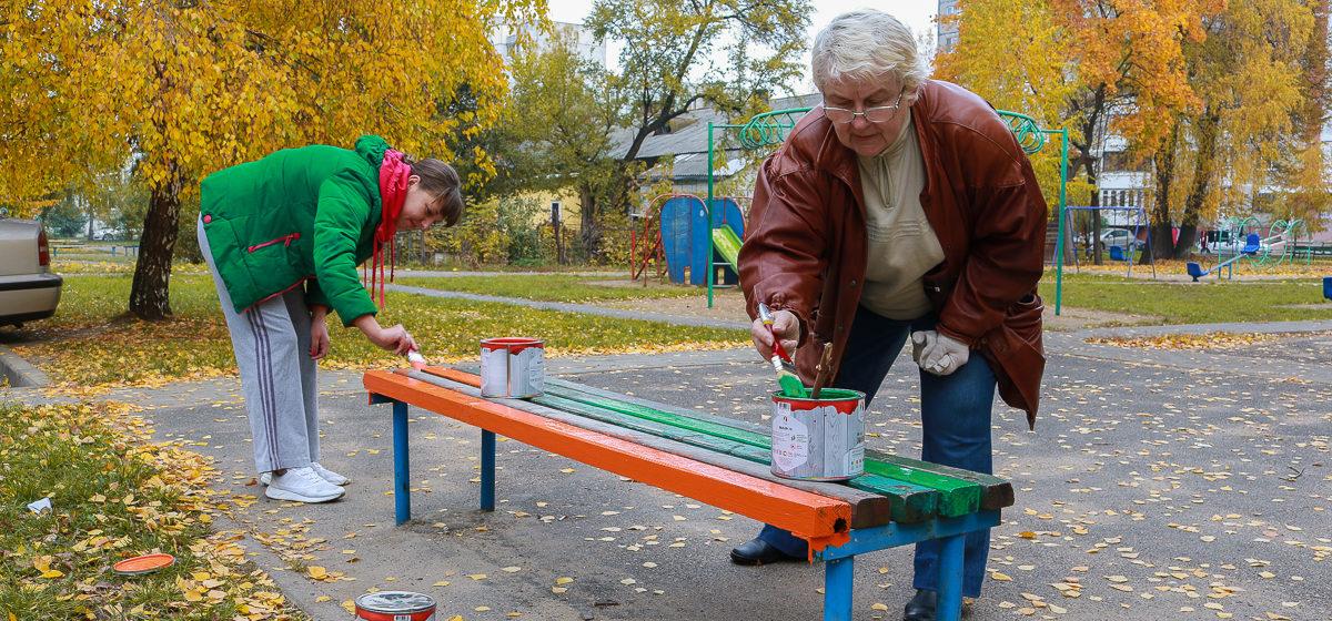 Жители Военного городка в Барановичах наводят порядок в своем микрорайоне. Помогают студенты, депутат и коммунальщики