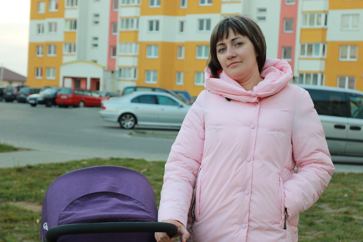 Анастасия Захарец-Шалонько с семьей три года живет в арендном  жилье в Боровках. На ее взгляд, арендные квартиры – единственный способ улучшить жилищные условия для тех, кому финансы не позволяют купить или построить собственное жилье.  Фото: Александр ЧЕРНЫЙ