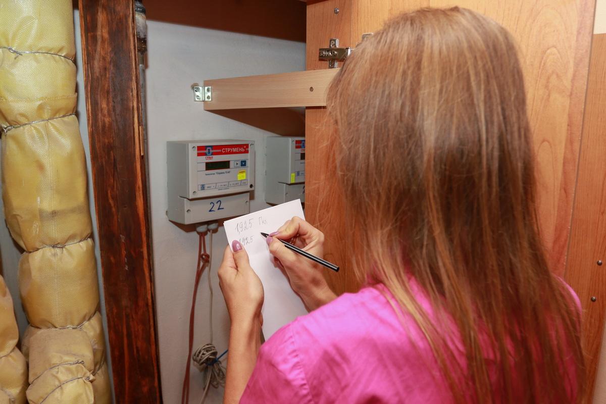 Жительница кооперативного дома №11/2 на ул. Багрима Ольга говорит, что платить за отопление по индивидуальным счетчикам жильцы их многоэтажки начали в середине прошлого отопительного сезона. Для ее семьи это оказалось выгодно:  плата за тепло хоть и не сильно, но уменьшилась. По ее мнению, в этом отопительном сезоне, когда жильцам начнут предоставлять 5% скидку на отопление, экономия станет еще ощутимее.  Фото: Александр ЧЕРНЫЙ