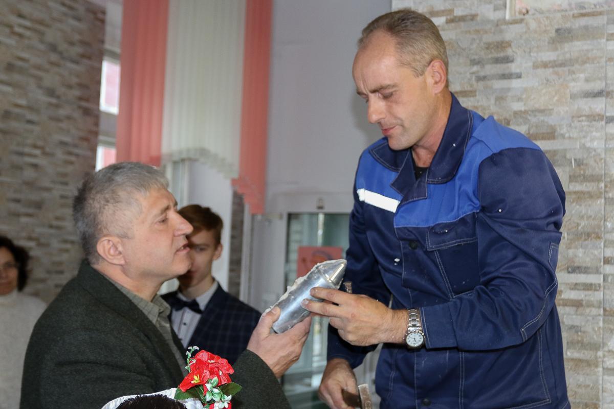 Заместитель директора по хозяйственной части Александр Потоцкий и рабочий по обслуживанию школы Алексей Томашевский достали капсулу с посланием.