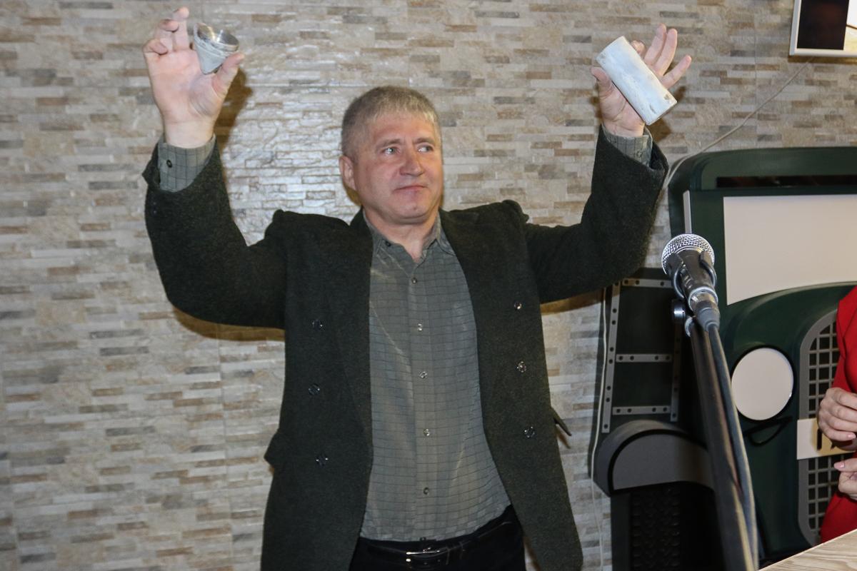 Александр Потоцкий, заместитель директора по хозяйственной части, с капсулой, которая 40 лет хранилась в стене СШ №17.
