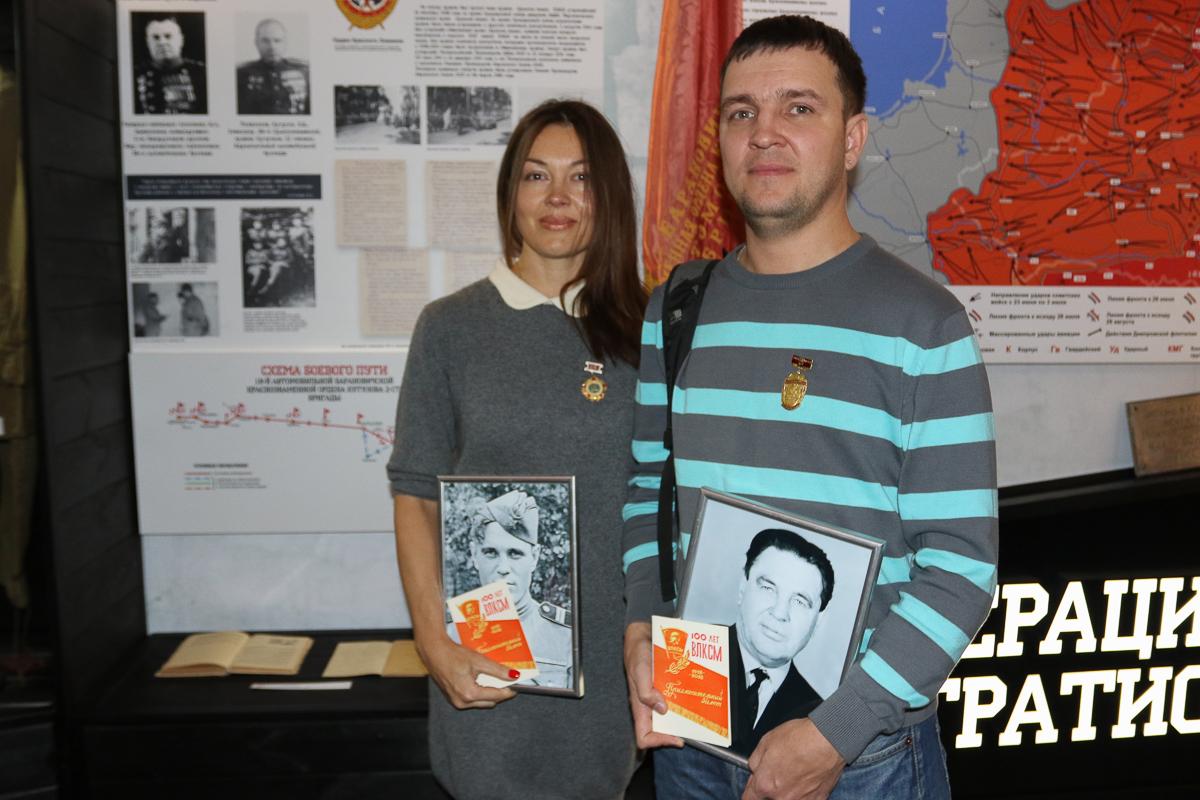 Брат и сестра Владимир и Ирина Каратуевы приехали из города Улан-Удэ, чтобы почтить память своего деда Каратуева Мефодия Филипповича, который закладывал капсулу времени вместе с однополчанами.
