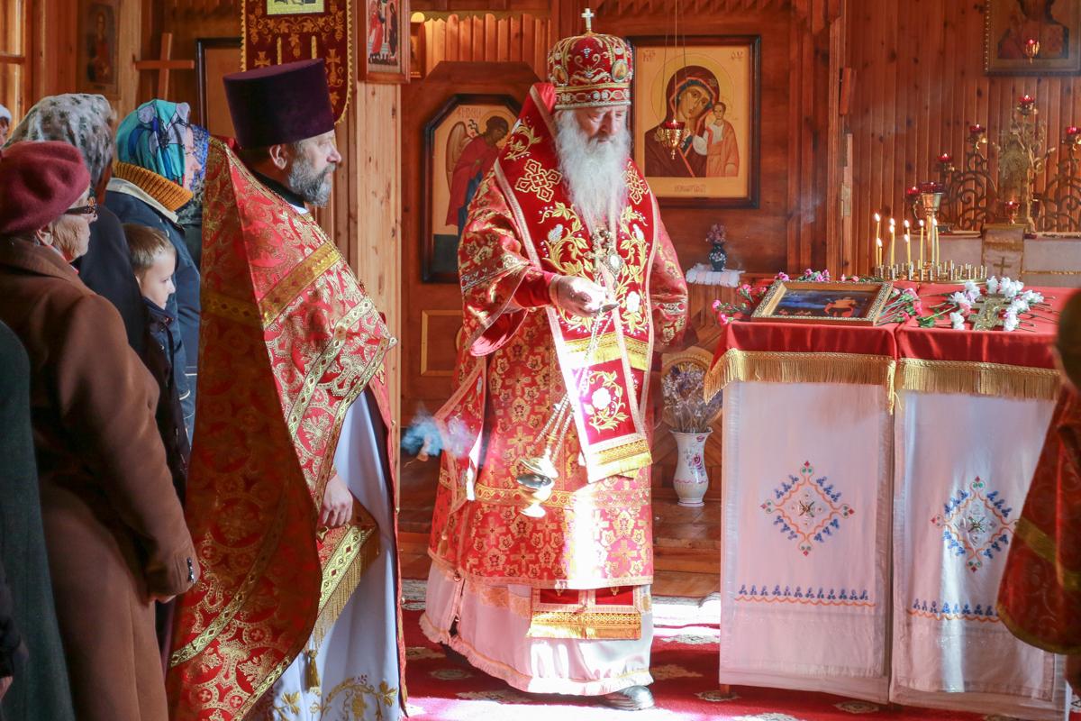 Архиепископ Пинский и Лунинецкий Стефан проводит Божественную литургию.