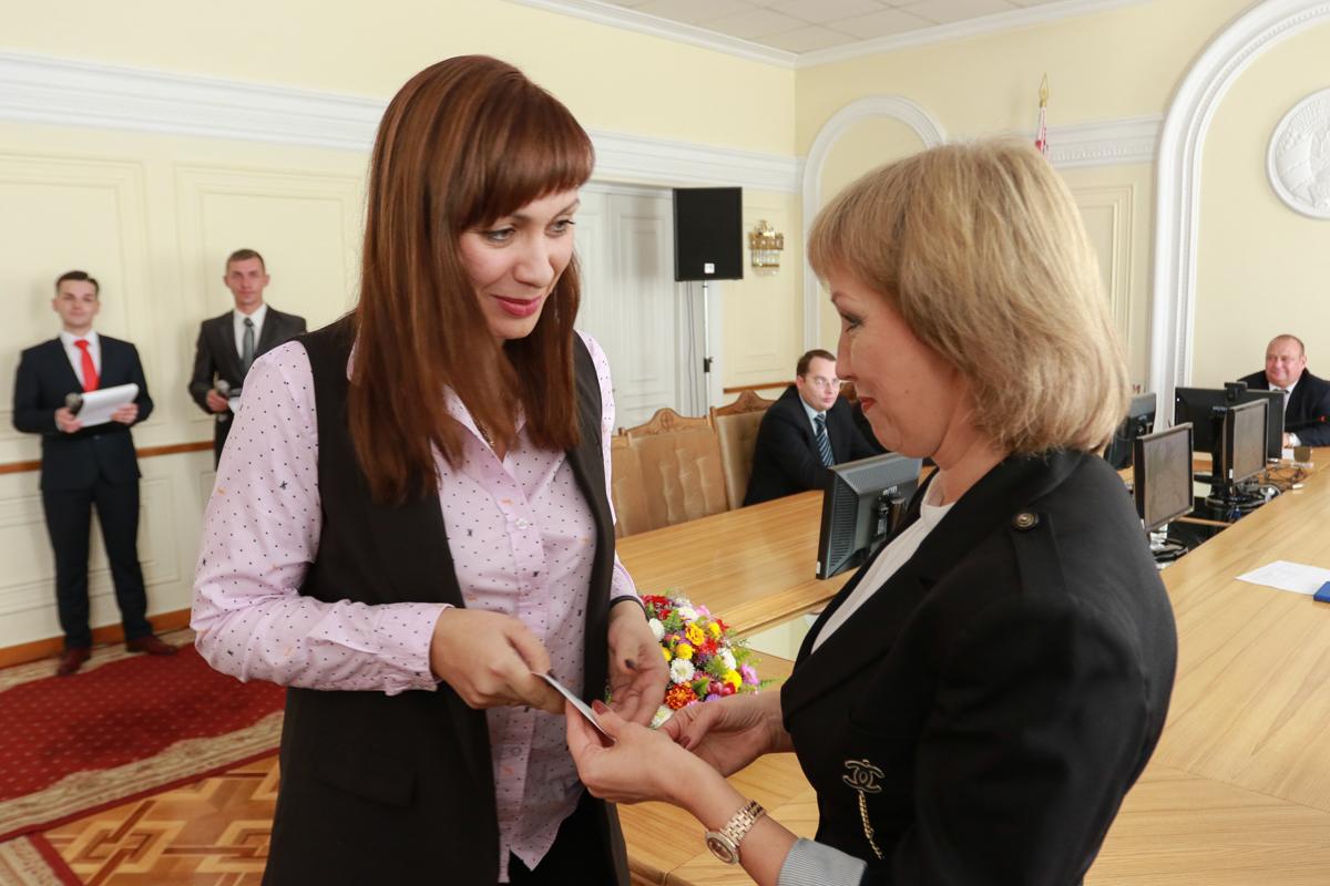 Елена Соловей (слева) вручает Ольге Жидик сертификат. Фото: Александр ЧЕРНЫЙ