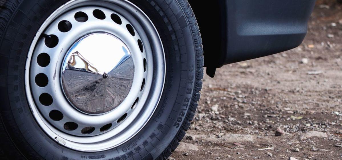 В Барановичах водитель подвез попутчика, тот, выйдя из авто, ударил ногой по машине и нанес ущерб на 400 рублей