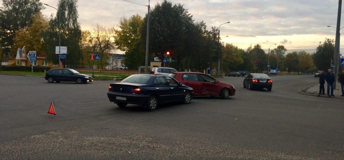 Фотофакт. На перекрестке в Барановичах столкнулись два автомобиля