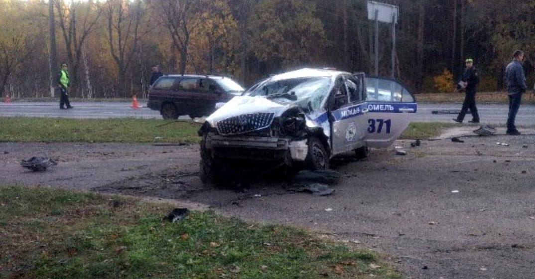 Фотофакт. В Гомеле в аварии разбилась машина ГАИ