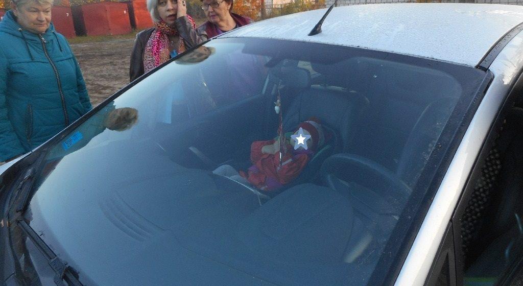 Видеофакт. В Жлобине годовалая девочка закрылась в машине, пришлось вызывать МЧС