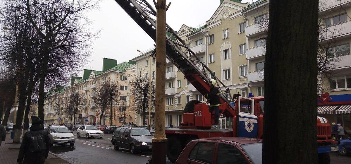 В Барановичах спасатели обнаружили труп женщины, через окно проникнув в ее квартиру