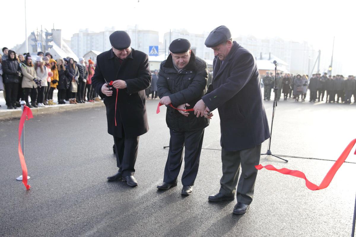28 ноября 2014 года. Юрий Громаковский открывает улицу Кооперативную. Фото: архив Intex-press