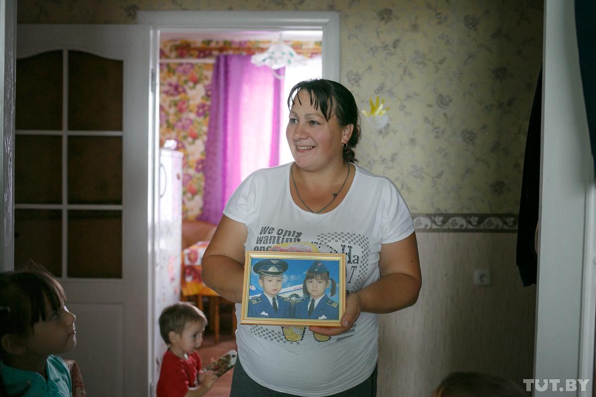 Сыновья — о Людмиле. Костя, 3 года: «Мама у меня хорошая. Водит меня в садик и забирает». Валентин, 15 лет: «Мама очень много работает. Ухаживает за животными, нам готовит и совсем не хочет отдыхать»