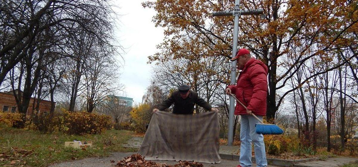 Баранавіцкія актывісты памаліліся каля Крыжа ахвярам сталінскіх рэпрэсій