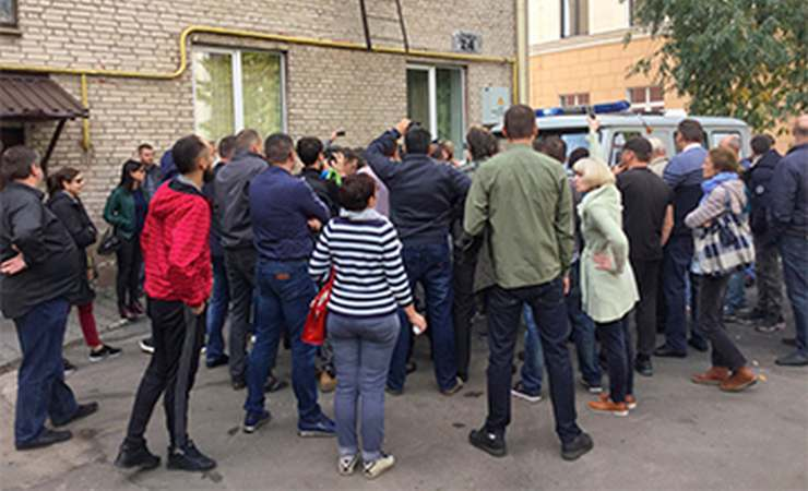 Видеофакт. В Бресте задержали протестующих против строительства аккумуляторного завода. С криками «Позор!» люди блокировали милицейский автомобиль
