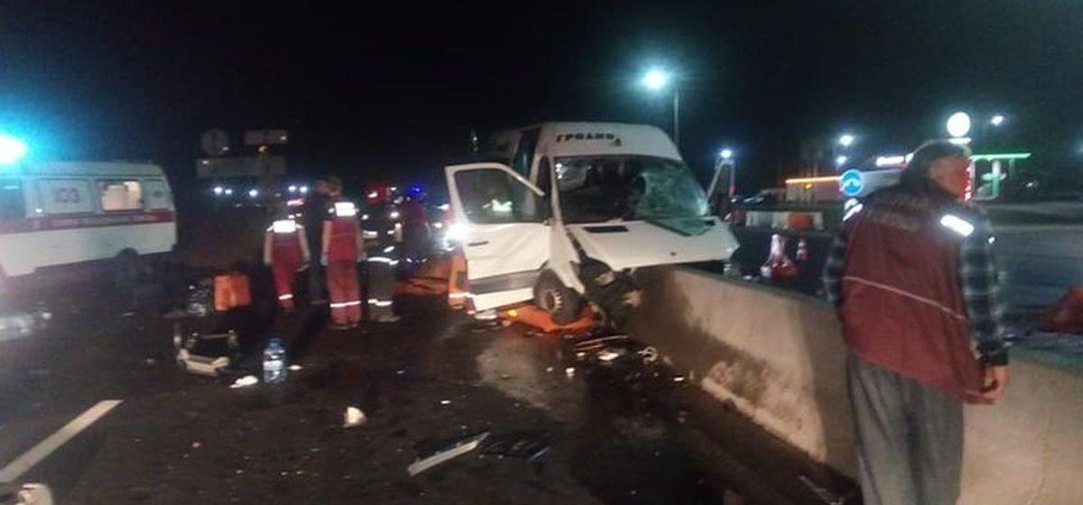 Под Воложином маршрутка на большой скорости влетела в бетонный блок, два человека погибли, 14 в больнице