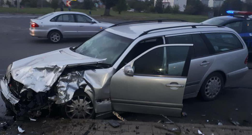 В Барановичах на перекрестке столкнулись Renault и Mercedes. Пострадали два человека