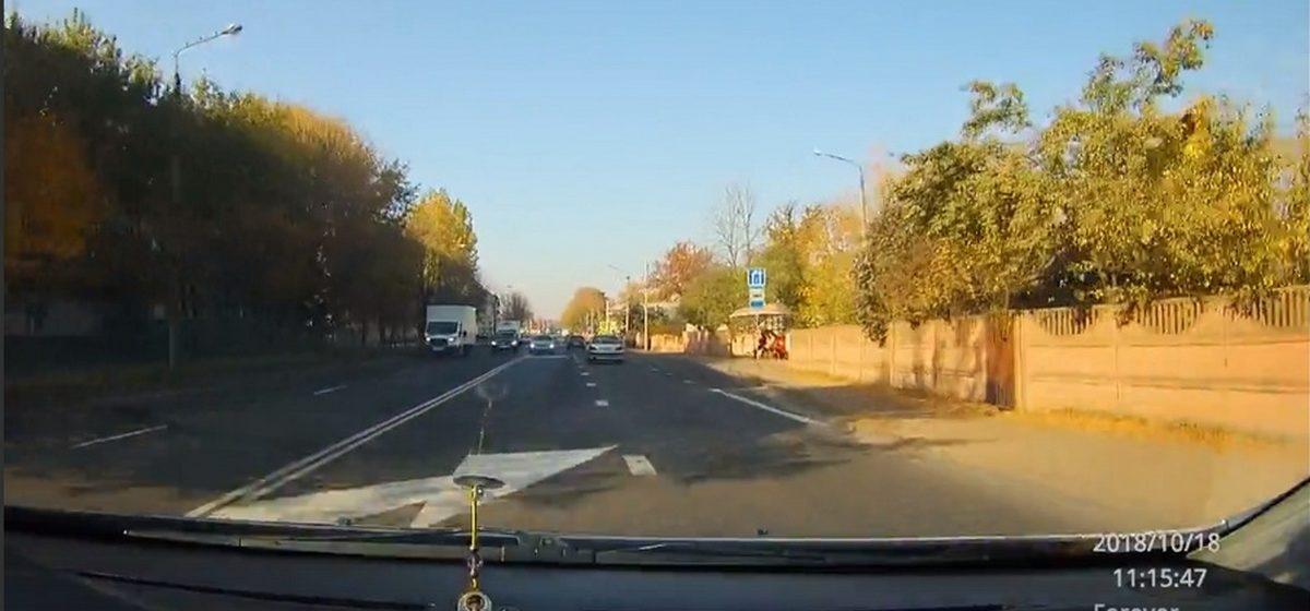 Видеофакт. Грубое нарушение ПДД водителем на улице Тельмана в Барановичах