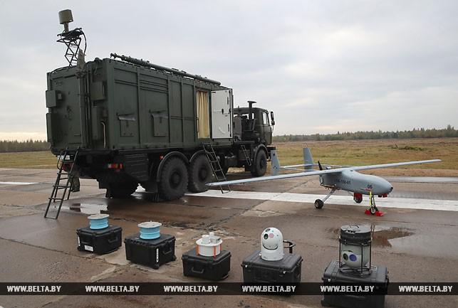 Лукашенко показывают вооружение. Фото: belta.by