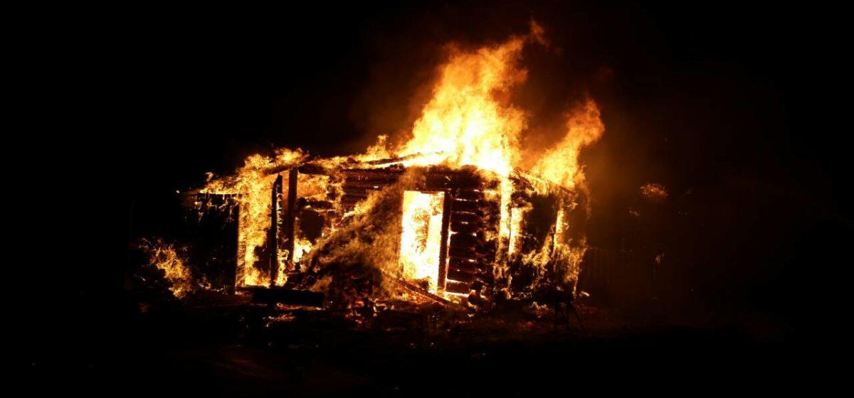 В Барановичском районе сгорел дом – погибли два человека. Второй смертельный пожар за сутки