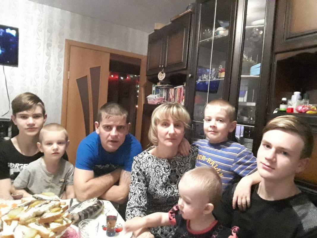 Сыновья Сергей и Станислав, муж Дмитрий, Наталья, сыновья Владислав, Алексей и дочь Полина (слева направо). Фото: семейный архив