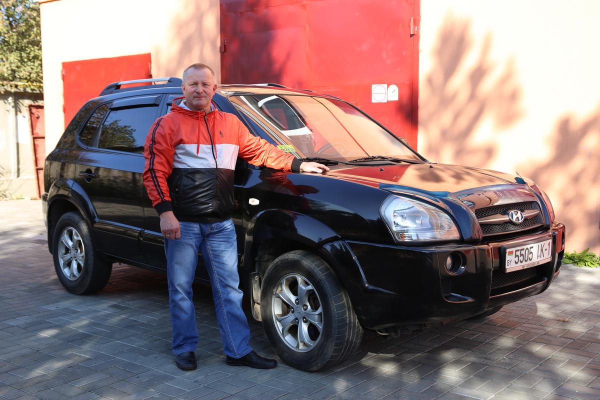 Владелец автомобиля Hyundai Tucson 2008 года выпуска Владимир Потапчик.  Aото: Евгений ТИХАНОВИЧ