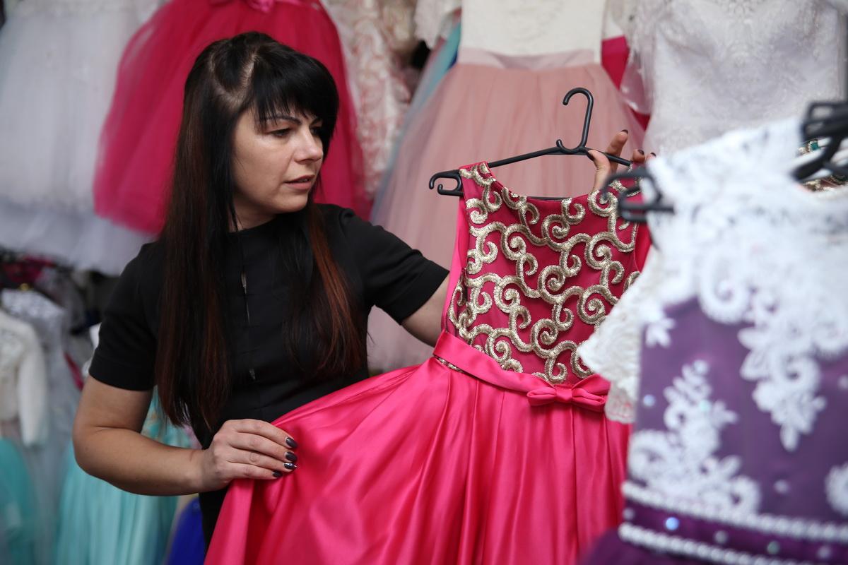Тамара Воробьева в собственном салоне проката нарядов и аксессуаров.  Фото: Евгений ТИХАНОВИЧ