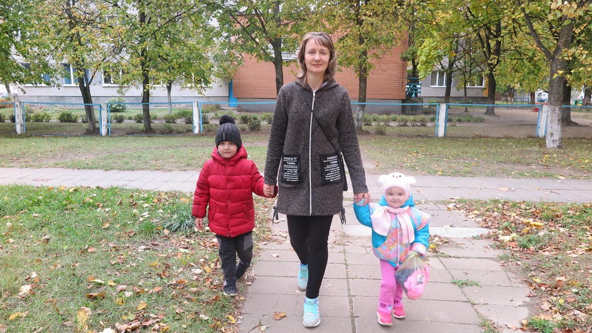 Наталья Куликова с сыном Стасом и дочкой Полиной идут из детского сада в школу – за старшим сыном Владом.  Фото: Анастасия ШИМКО