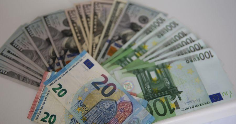 Курсы валют на 1 октября: доллар снова подорожал, а евро – продолжает падать