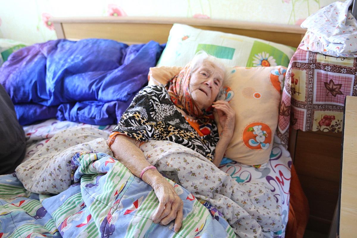 Полина Никифоровна почти все время лежит, так как передвигается с трудом. Татьяна МАЛЕЖ