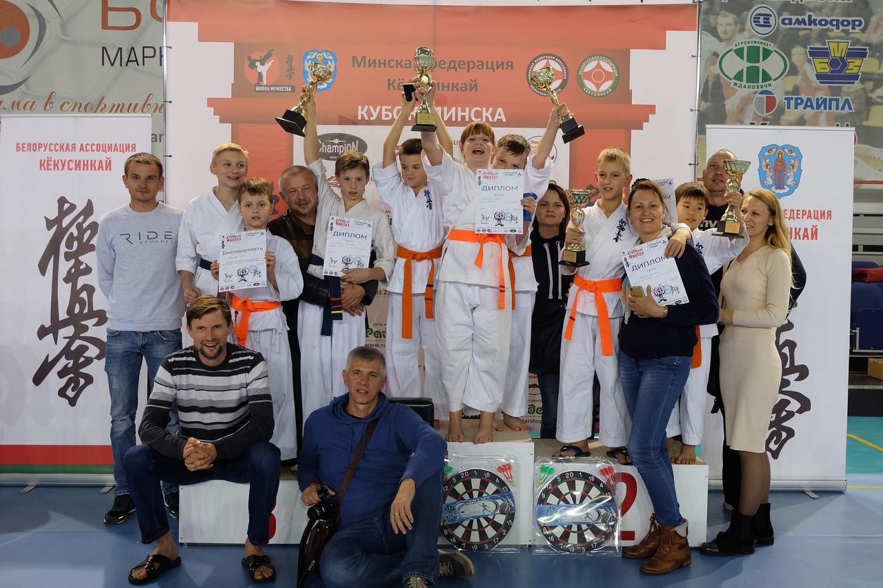 Барановичские призеры турнира с родителями и тренером Сергеем Кротовым (первый слева сидит).