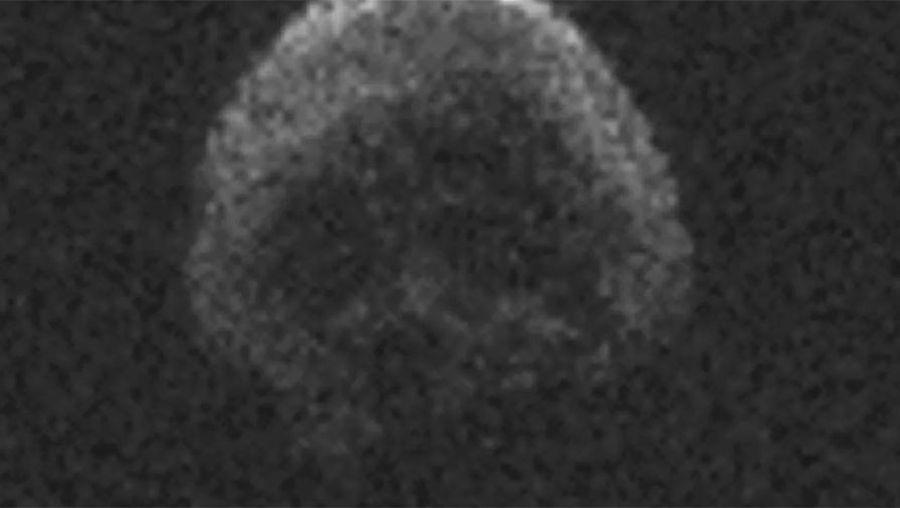 К Земле приближается 600-метровая комета, которая по форме напоминает человеческий череп