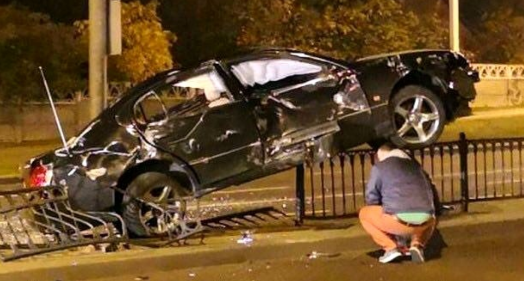 Видеофакт. В Бресте водитель «Лексуса» дрифтанул и повис на разделительном ограждении