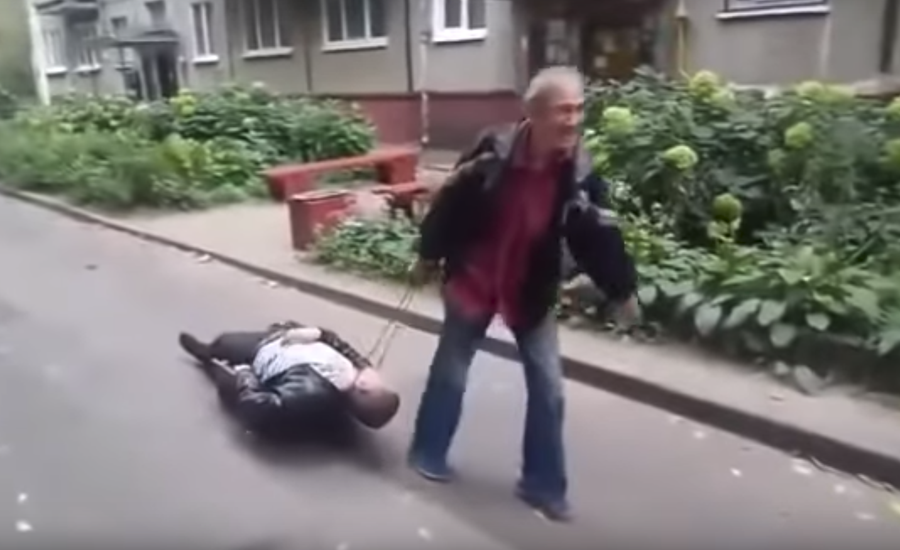 Друг в беде не бросит. В Минске мужчина на маленькой тележке вез пьяного друга домой (видео)