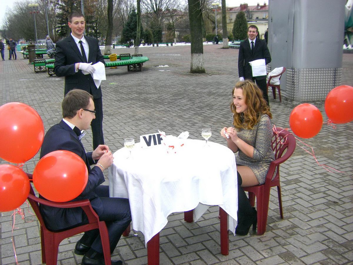Дарья и Евгений с друзьями. Фото: личный архив