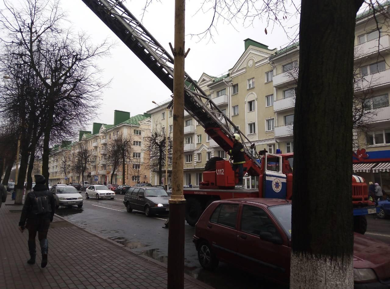 Спасатели поднимаются в квартиру дома №9 на ул. Ленина.  Фото: Алексей ТОМАШЕВСКИЙ