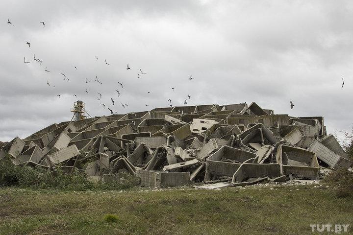 Видеофакт. В Кобринском районе спасатели взорвали недостроенное здание комбикормового завода